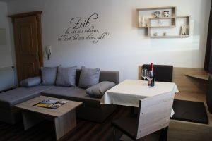 Wohnraum in der 40 m² Ferienwohnung inklusive Couch und Essecke