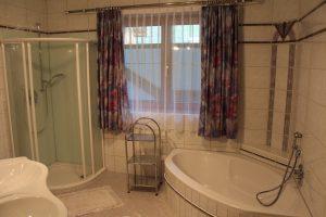 Badezimmer Ferienwohnung 130m² Dusche Eckbadewanne