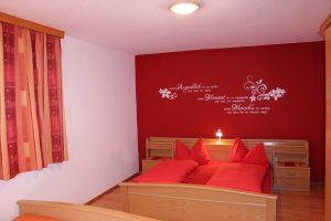 Schlafzimmer 1 FW 130m² Vierbettzimmer rot