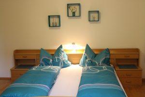 Schlafzimmer 2 FW 130m² Doppelbett blau