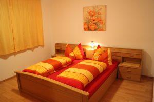 Schlafzimmer 3 FW 130m² Doppelbett orange